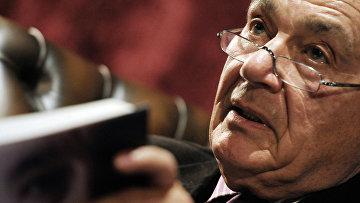 """Телеведущий Владимир Познер читает свою книгу """"Прощание с иллюзиями"""" в рамках Dewar's чтений."""