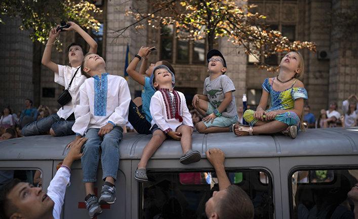 Дети во время военного парада в честь Дня независимости Украины в Киеве