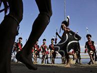 Войны племени Нагав исполняют традиционный танец в индийской деревне Кисама