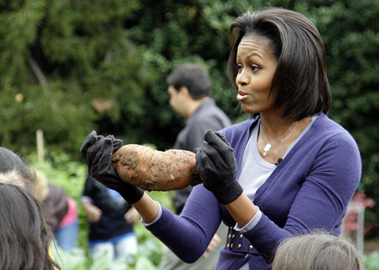 Первая леди Мишель Обама собирает урожай вместе с детьми из начальной школы в Вашингтоне