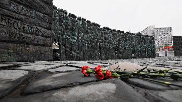 """Монумент жертвам политических репрессий """"Стена скорби"""" в Москве. 27 октября 2017"""