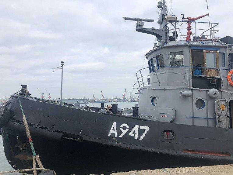 Корабль ВМС Украины, задержанные пограничной службой РФ за нарушение государственной границы России, в порту Керчи