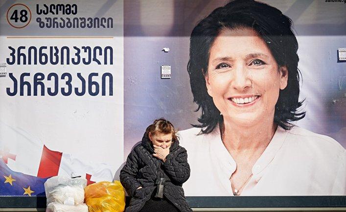Предвыборный плакат независимого кандидата в президенты Грузии Саломе Зурабишвили