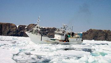 Российское рыболовецкое судно у берегов острова Хабомаи Малой Курильской гряды. Сахалинская область
