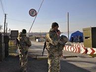 Украинские пограничники на контрольно-пропускном пункте