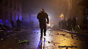 Полицейский во время акций протеста в Париже