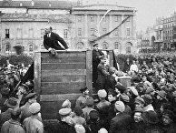 Выступление Владимира Ленина с трибуны на площади перед народом и соратниками