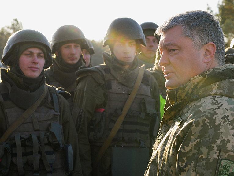 Президент Украины Петр Порошенко во время военных учений в Черниговской области. 28 ноября 2018