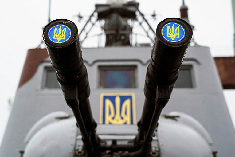 Эмблема Украины на борту корабля берегового охраны в порту Мариуполя