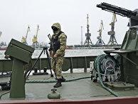 Украинский военнослужащий на борту корабля береговой охраны в Мариуполе
