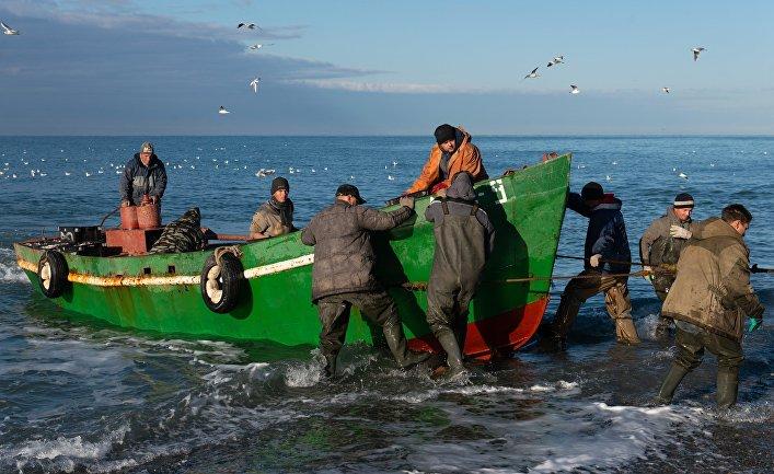 Рыбаки возвращаются после ловли рыбы в Черном море