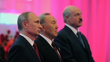 Владимир Путин, Нурсултан Назарбаев и Александр Лукашенко перед началом заседания Высшего Евразийского экономического совета