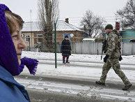 Люди на границе в городе Милове, Украина