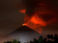 Извержение вулкана Сопутан в Индонезии