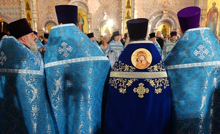 Священнослужители перед началом освящения Минского храма-памятника
