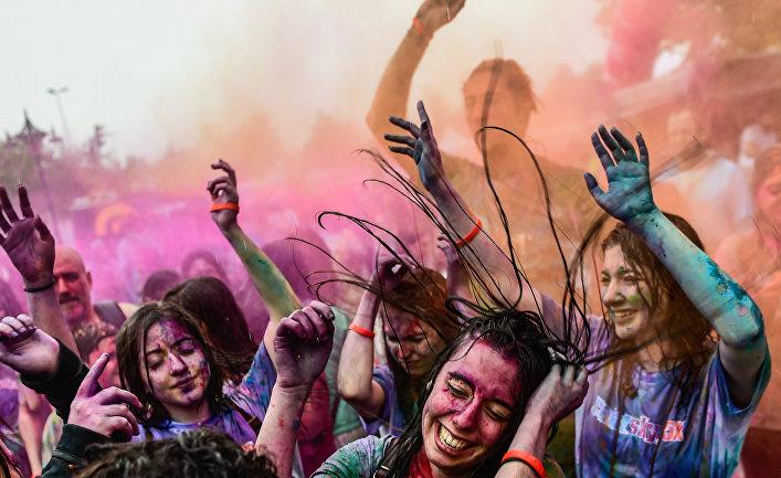 Участники фестиваля красок в Стамбуле, Турция