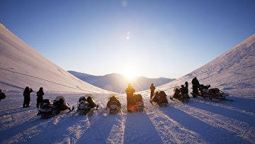 Участники тура на снегоходах вблизи Баренцбурга, Шпицберген
