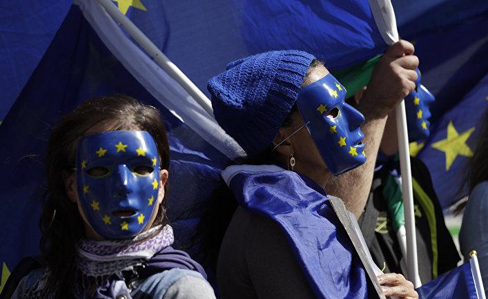Противники Brexit во время акции протеста у здания парламента в Лондоне