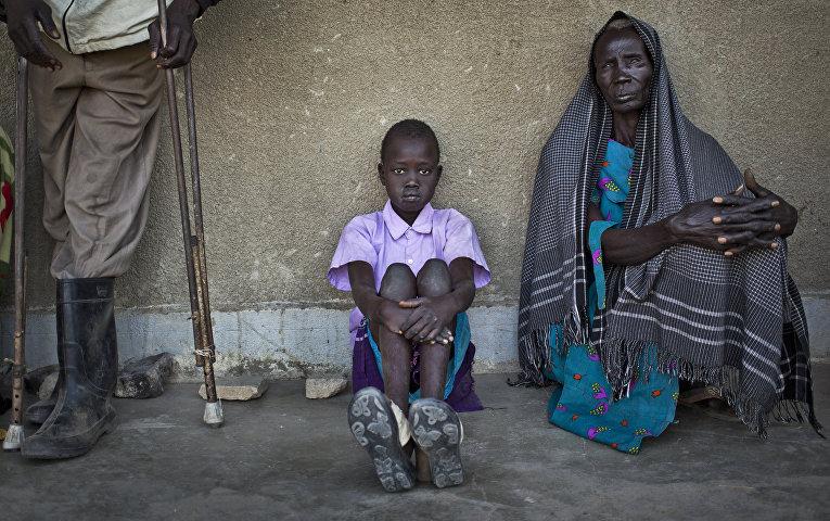 Беженцы, покинувшие свои дома из-за боев в городе Бор, в клинике «Докторов без границ» в Авериале, Южный Судан