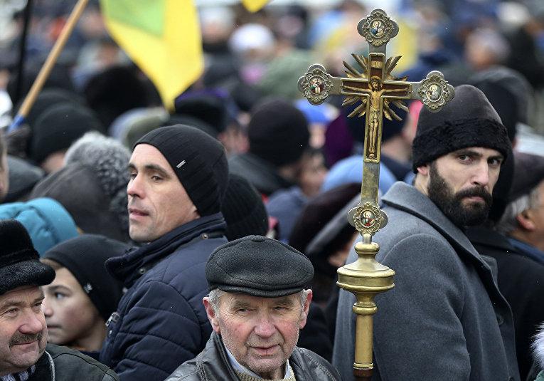 Сторонники независимости украинской церкви возле Софийского собора в Киеве, Украина