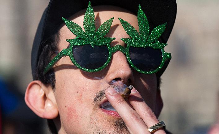 Курящий человек в Оттаве, Канада