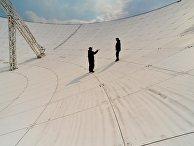 Специалисты осматривают зеркало приемо-передающей антенны «П-2500»