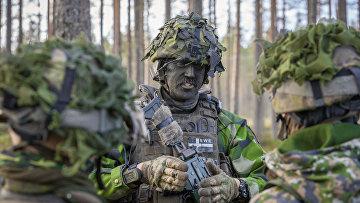 Сержант шведских вооруженных сил Никлас Шёгрен на учениях