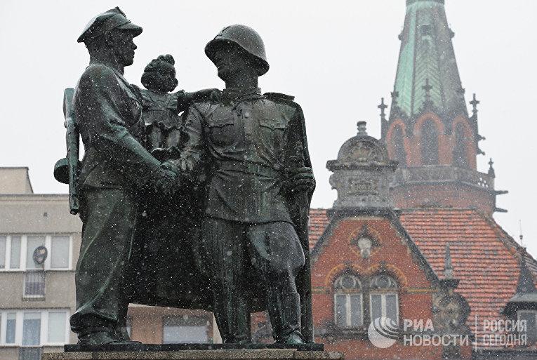 Памятники советским солдатам в Польше