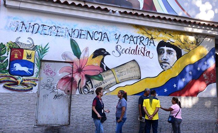 Прохожие на улице столицы Венесуэлы Каракаса