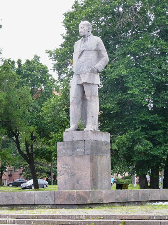 Памятник О.В.Куусинену в Петрозаводске. Открыт 22 июня 1973 года, скульптор Б.И.Дюжев.