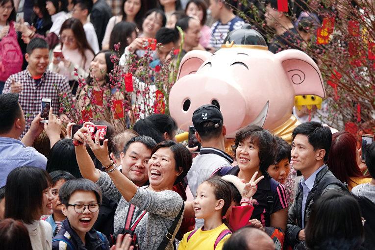 Посетители цветочной ярмарки в преддверии китайского Нового года в Гуанчжоу