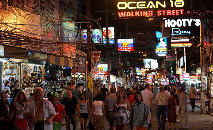 Ночная улица в Паттайе, Таиланд