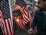 Иранцы сжигают флаги США во время церемонии по случаю 40-й годовщины Исламской революции в Тегеране