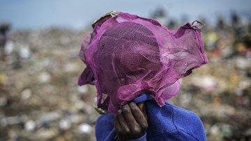 Мозамбикский мальчик на муниципальном свалке в Мапуту