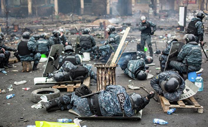 Сотрудники правоохранительных органов на площади Независимости в Киеве