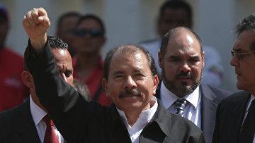 Президент Никарагуа Даниэль Ортега (в центре)