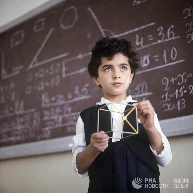 Школьник у доски на уроке математики