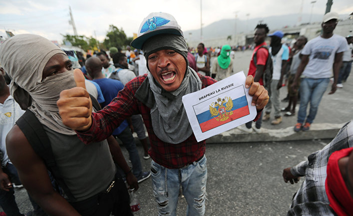 Демонстранты во время антиправительственных протестов в Порт-о-Пренсе
