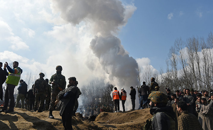 Индийские военные на месте крушения вертолета в Кашмире
