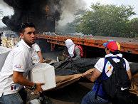 Сгоревший грузовик, перевозивший гуманитарную помощь для Венесуэлы в Кукуте