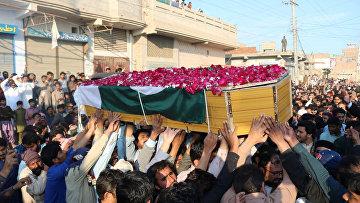 Гроб солдата, убитого в результате обстрела из индийского Кашмира