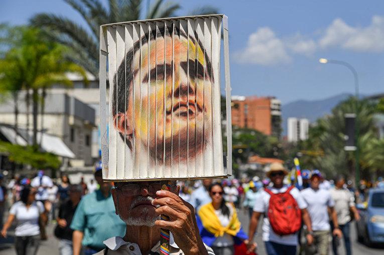 Сторонник венесуэльского оппозиционера Хуана Гуайдо в Каракасе