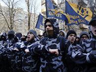 Бойцы «Азова» во время митинга перед зданием Генеральной прокуратуры Украины в Киеве