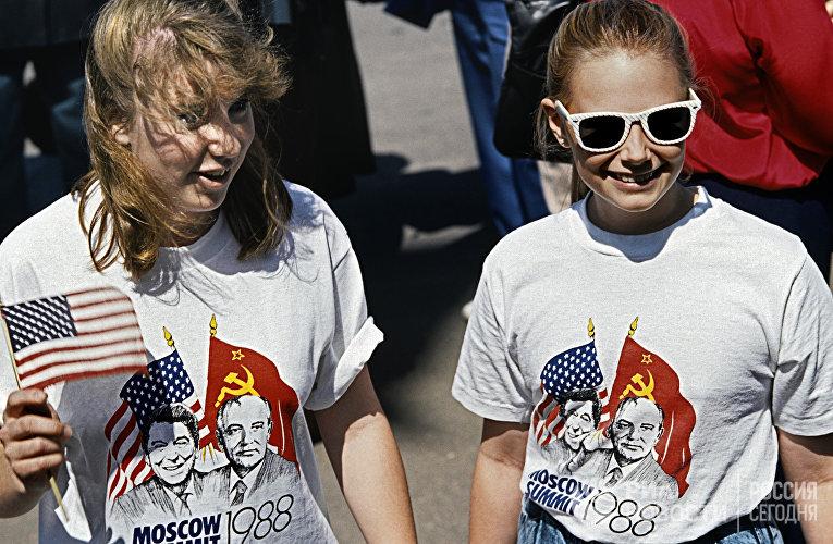 Девушки в футболках с изображением генерального секретаря ЦК КПСС Михаила Горбачева и Президента США Рональда Рейгана на улицах Москвы