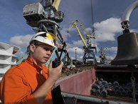 """Погрузка рулонного металлопроката в трюм сухогрузного теплохода """"Волго-Дон 185"""" в промышленном порту Череповецкого металлургического комбината"""