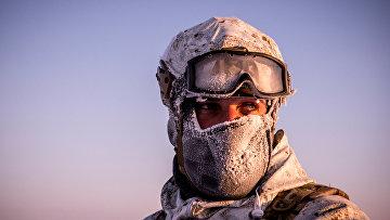 Боец отряда специального назначения МВД Чеченской Республики во время учений в районе Северного полюса