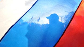 Силуэт пророссийского активиста за флагом России в Евпатории, Крым