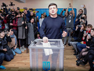Украинский комик и кандидат в президенты Владимир Зеленский на избирательном участке