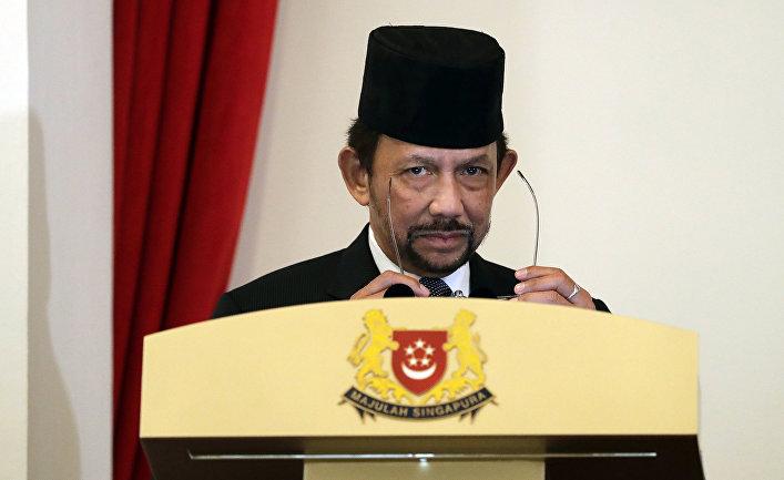 Султан Брунея Хассанал Болкиа выступает в Сингапуре