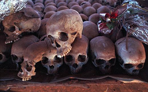 Сотни черепов жертв геноцида в Руанде в Мемориале
